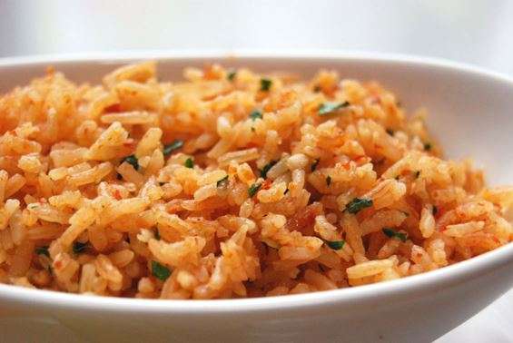 Шпански ориз зачинет со крцкава сланина