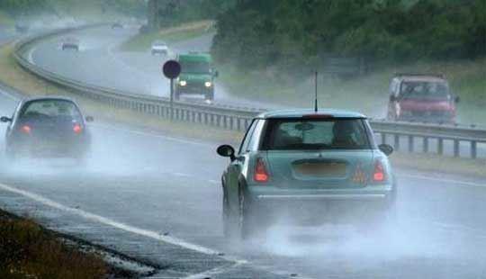 Сообраќајот се одвива по влажни коловози, има опасност од одрони