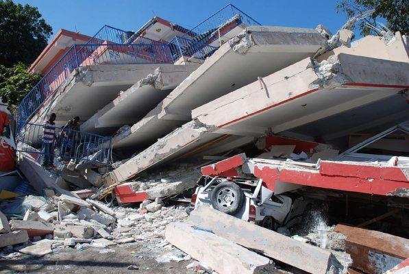 Разурната зграда при катастрофалниот земјотрес во јануари 2010