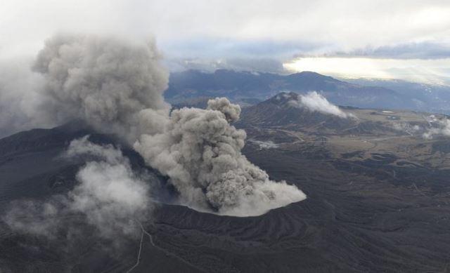 Вулканот Асо во северна Јапонија утрово исфрли чад и пепел