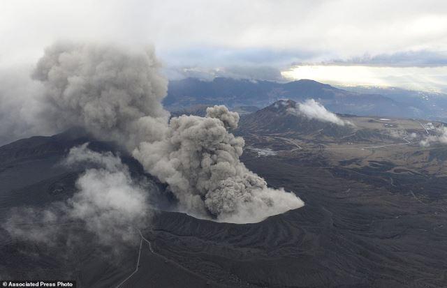 ВИДЕО: Еруптираше вулкан во Јапонија