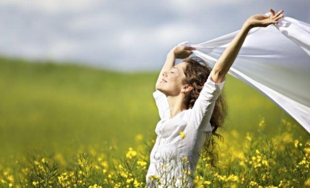 woman-yello-grass-happy-850x400