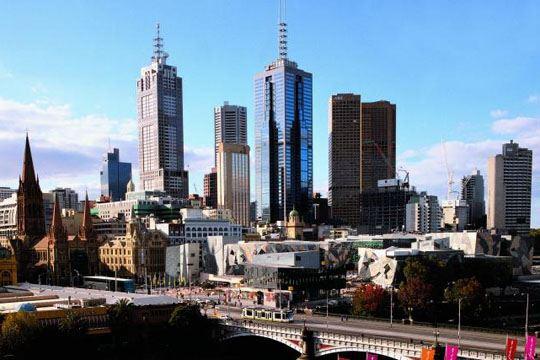 Човек се самозапали во Австралија, 26 лица повредени