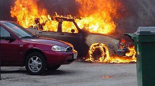 Две возила опожарени на паркинг во Ново Лисиче