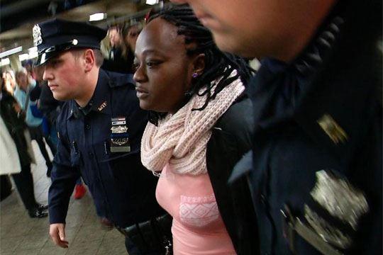 Жена убила друга жена туркајќи ја пред воз на метро во Менхетен