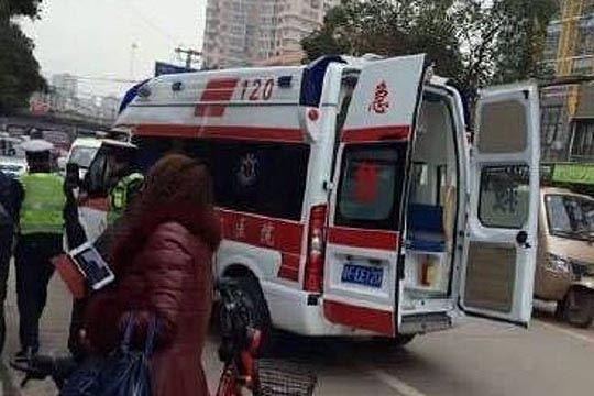 Деца ранети со нож пред нивното училиште во Кина