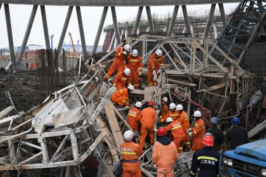 Бројот на загинати под урнатото скеле во Кина се искачи на 74 лица
