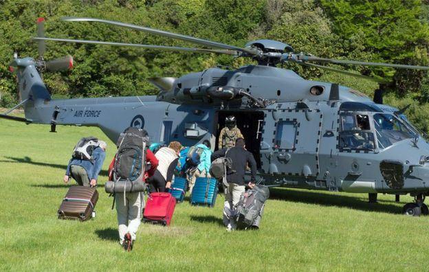 Нов Зеланд: Заробени туристи чекаат евакуација