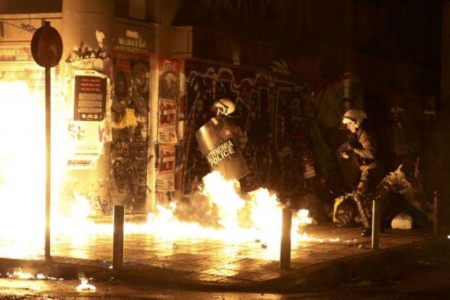 Жесток судар на полицијата и протестантите по посетата на Обама во Атина