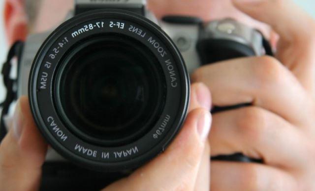Пет трикови за да изгледате одлично на секоја фотографија