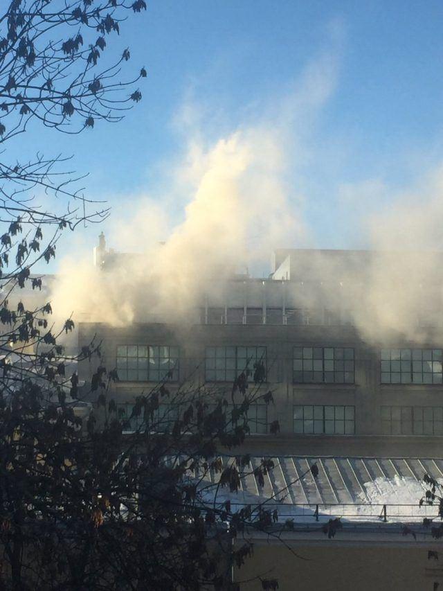 Се запали познат трговски центар во Москва, евакуирани над 1000 луѓе  (ВИДЕО)