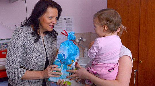 Маја Иванова им подари пакетчиња на децата во Клиниката за детски болести