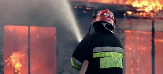 Пожар изгоре кат и покрив од куќа во Скопје