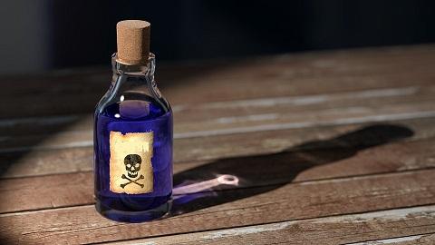 Гостиварец наместо вино се напил отровна течност, загрозен му е животот