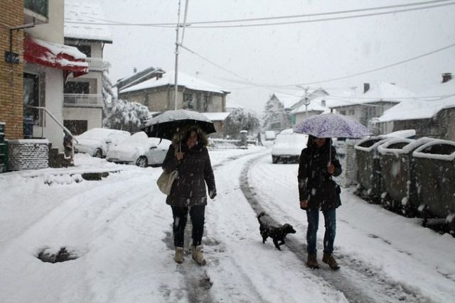 Снегот во западна Србија донесе проблеми во сообраќајот