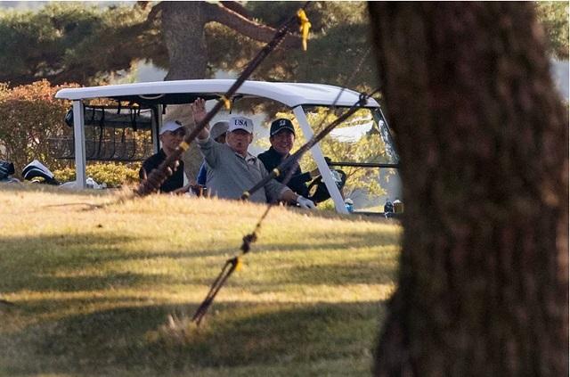 Јапонскиот премиер падна во дупка додека играше голф со Трамп (ВИДЕО)