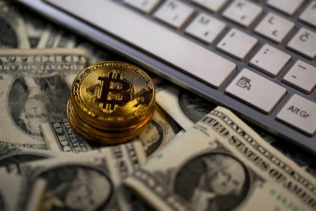 Биткоинот паѓа кон 18.000 долари по предупредувањето на светските регулатори
