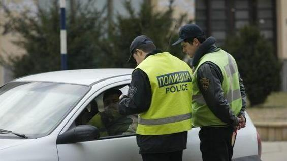 Оружје и муниција пронајдени во паркиран автомобил пред  Сити Мол   приведени три лица