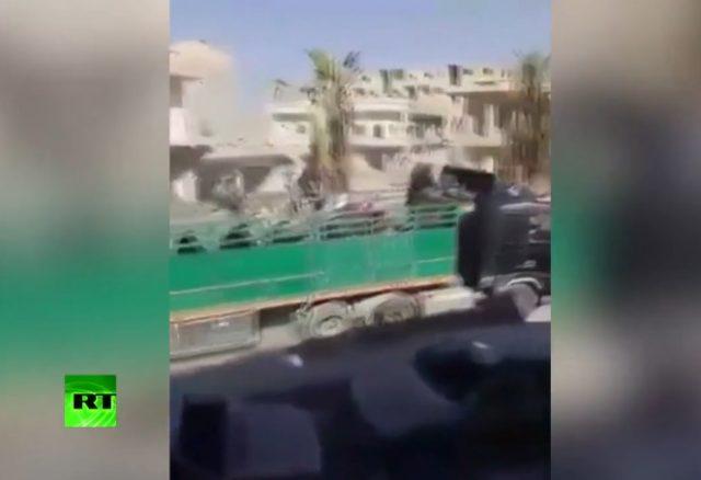 Сириските бунтовници доставија видео како САД им помагаат на џихадистите да се извлечат од Рака