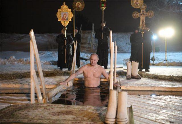 Путин за Богојавление се капеше во ледено езеро