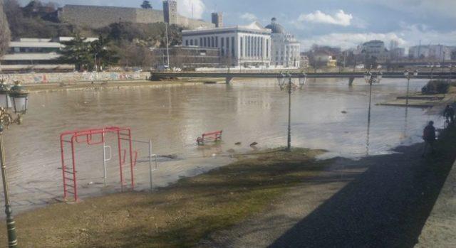 Вардар се излеа во центарот на Скопје