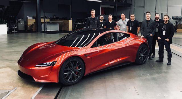 (ВИДЕО) Илон Маск го испраќа спортискиот автомобил Tesla Roadster во Вселената