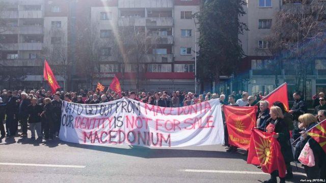Протест пред Владата против Законот за јазиците