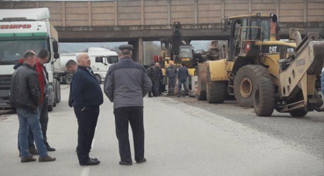 """Доверители на """"Фени"""" го блокираа патот Кавадарци-Дреново,"""
