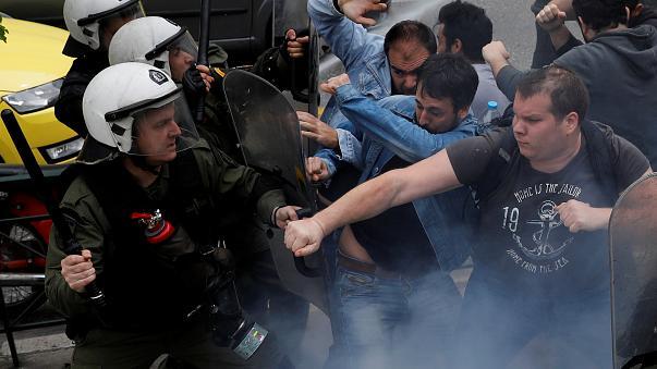 Протести во Атина, сакале да ја срушат статуата на Труман