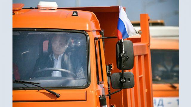 Путин седна во камион и прв се возеше по Кримскиот мост