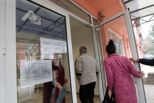 Масовни вработувања во администрација во ек на референдумска кампања