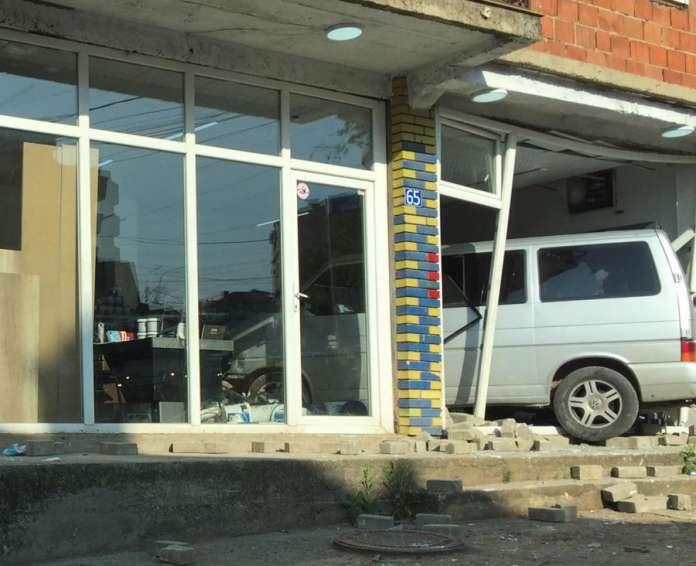 Комбе влетало во продавница во Приштина