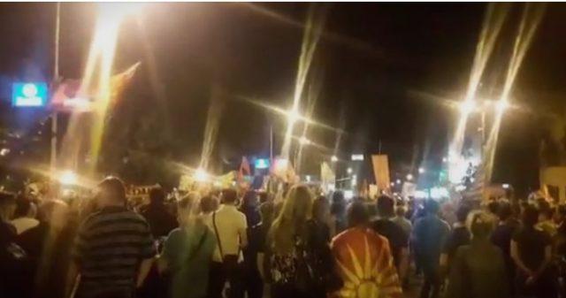(ВИДЕО) Атмосфера од протестот против промената на уставното име