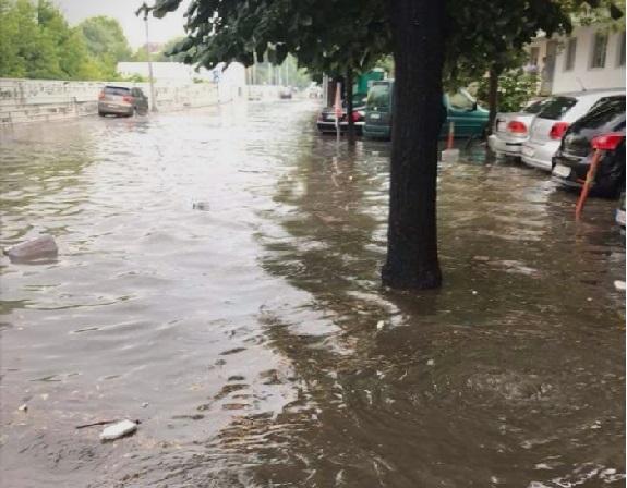 (ФОТО и ВИДЕО) Делови од Скопје повторно под вода по невремето, без реакција од градските власти