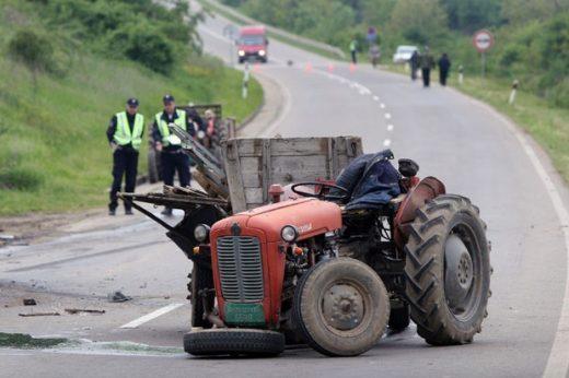 Тројца повредени во судир на трактор и автомобил