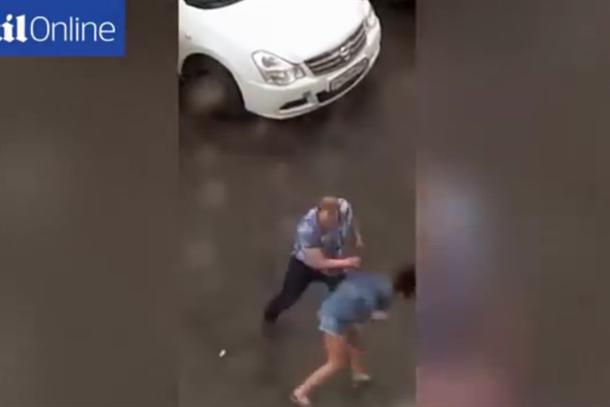 ВОЗНЕМИРУВАЧКО ВИДЕО: Русин брутално ја претепа девојката на улица