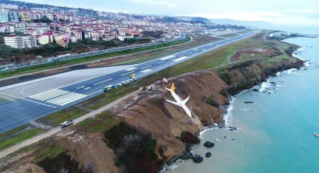 (ФОТО и ВИДЕО) Турски патнички авион се запре на половина карпа