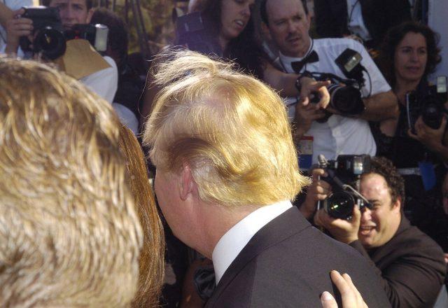 Новинар ја открива тајната на фризурата на Трамп