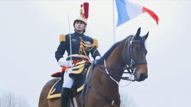 """(ВИДЕО) Макрон на Кси му подари коњ, си го """"искрши"""" јазикот учејќи мандарински"""