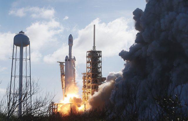 (ВИДЕО) Упсешно лансирана ракетата Falcon Heavy