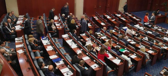 СДСМ и ДУИ насилно и противуставно го изгласа Законот за двојазичност