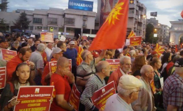 """ВО  ЖИВО: Протест пред Собранието -""""Никогаш Северна, секогаш Македонија"""""""