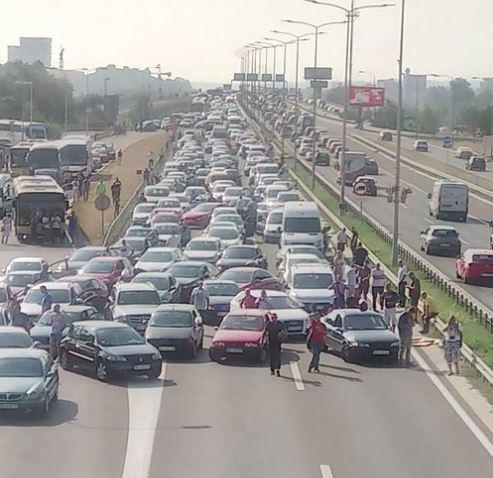 Продолжуваат протестите со блокади на улиците во Србија поради високите цени на горивата