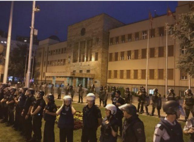 (ФОТО) Полицијата на Спасовски ги снима оние што протестираат против промената на името