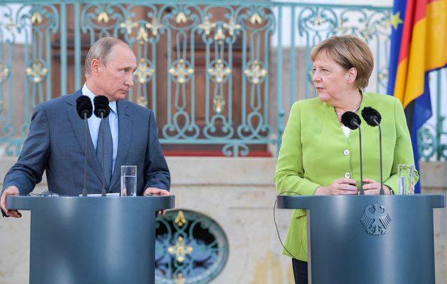 Меркел и Путин разговараа за тешките светски теми