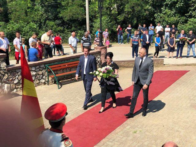 Делегација од ВМРО-ДПМНЕ положи свежо цвеќе пред споменикот на загинатите во Љубанци