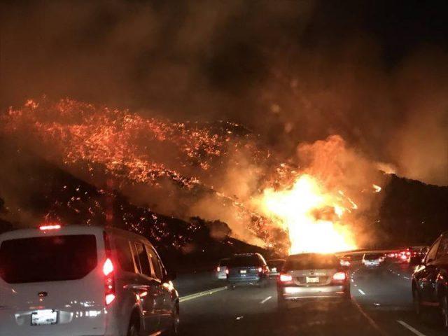 Пожарите во Калифорнија запалени од пукната камионска гума