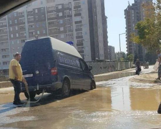 (ФОТО) Полициско комбе пропадна во дупка во скопски Аеродром