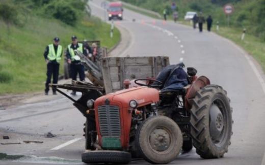 Повреден малолетник по пад од трактор