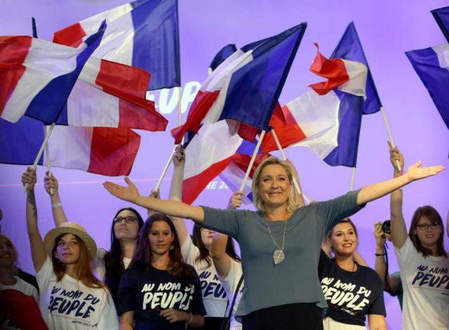 """Лепен ја критикува """"лудата имиграциска политика"""" на ЕУ, предупреди на исчезнувањето на идентитетите"""